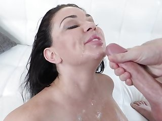 Amateur mature Brooke Beretta sucks a giant dick during audition