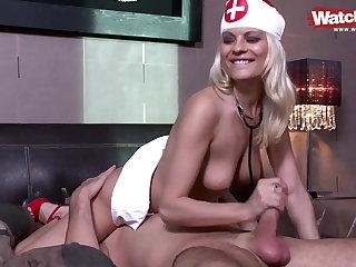 Die Blonde Krankenschwester fickt mich wieder gesund