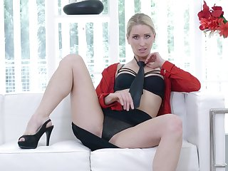 Desirable affaire d'amour lady Uma Zex opens her feet to play with a vibrator