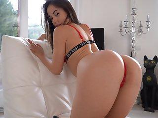 Shaved pussy hottie Anastasia Brokelyn masturbates with a dildo